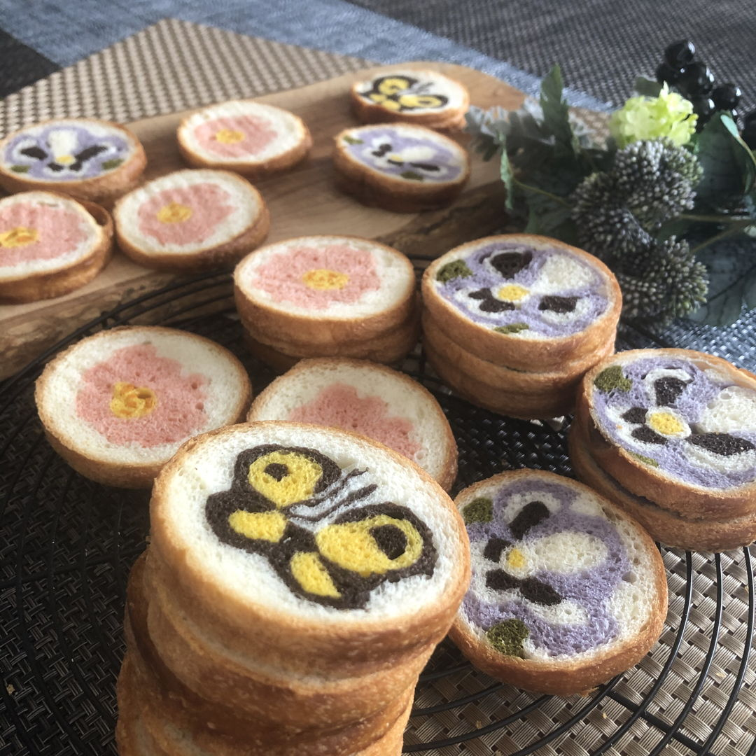 I made bread getting illustration in the cutend. They are flowers and butterflies in my garden.