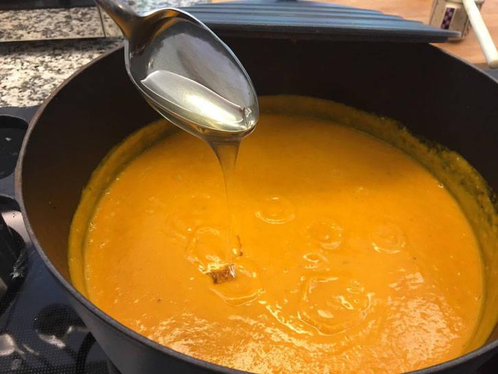 Die Suppe wird mit Honig abgeschmeckt