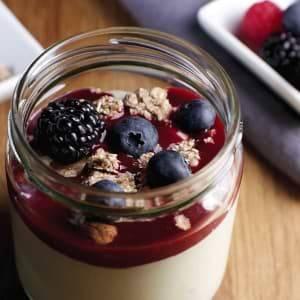 Gemüse Obst Smoothie als Topping auf Joghurt mit Granola und Beeren