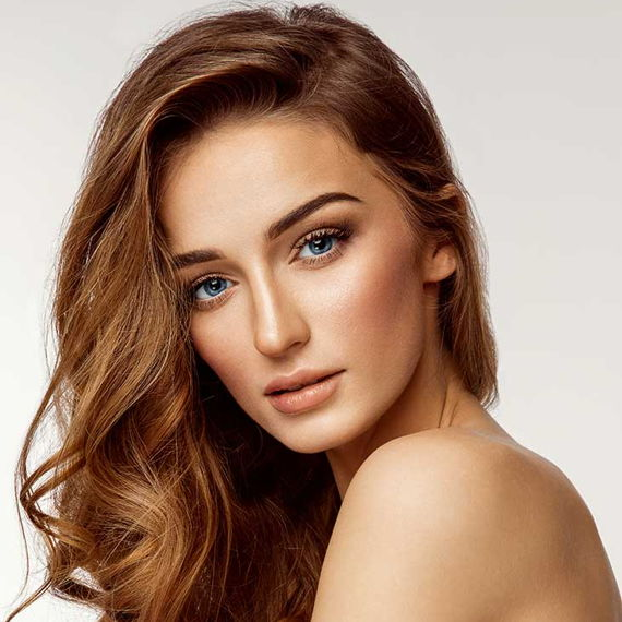 hairstyle with deep side part
