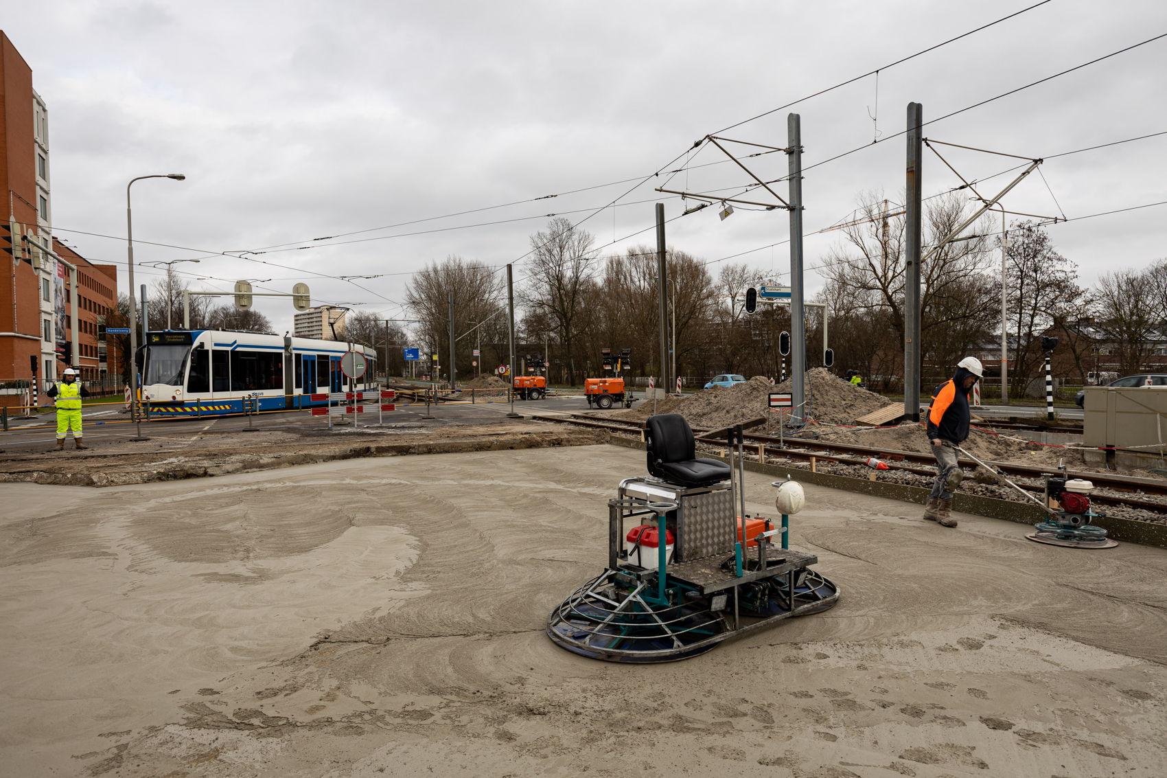 Voor de nieuwe spoorboog is een deel van de Handelsweg/Beneluxbaan verwijderd. Daar is op zaterdag 15 februari een nieuwe betonnen onderlaag gestort.