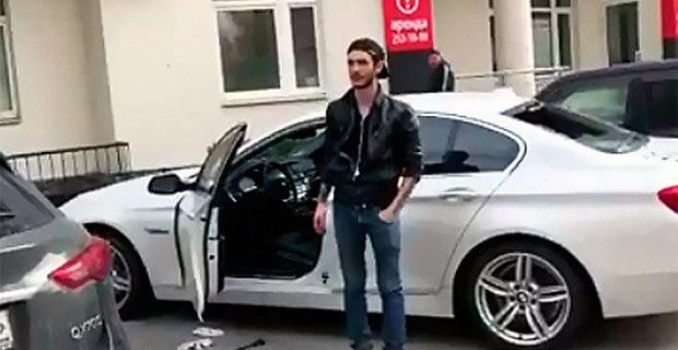 Неизвестный разбил машину шеф-редактора Znak.com в Екатеринбурге, забрался внутрь и заявил, что он «за сквер» - Новости радио OnAir.ru