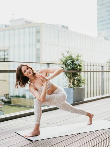 Eine Frau die Yoga macht slow living