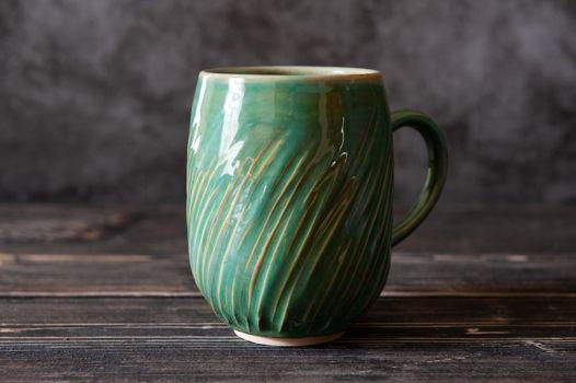 Большая зеленая керамическая чашка с текстурой