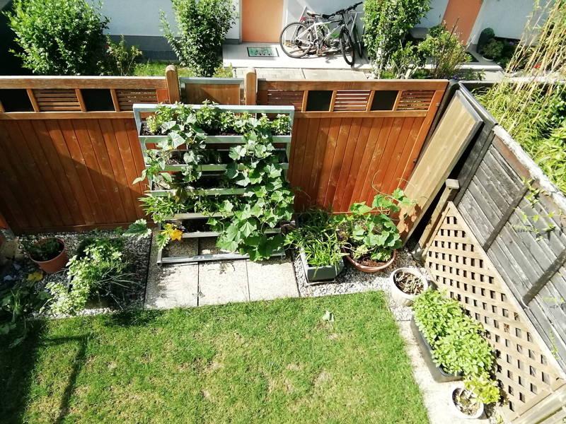 Vertikalbeet im Garten, Hochbeet