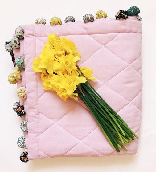 Детское одеяло с помпонами в сером и розовом цветах
