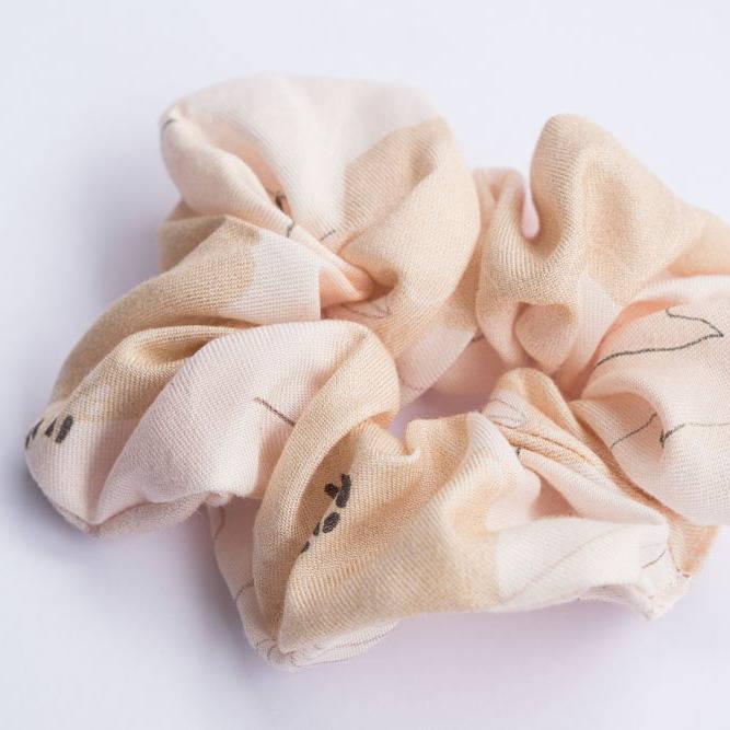 Nêge Paris - Chouchou Divine Idylle avec un imprimé montrant une composition florale délicate rose poudrée