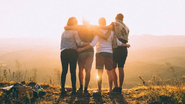 En flok venner, som støtter hinanden i at komme i gang med at investere