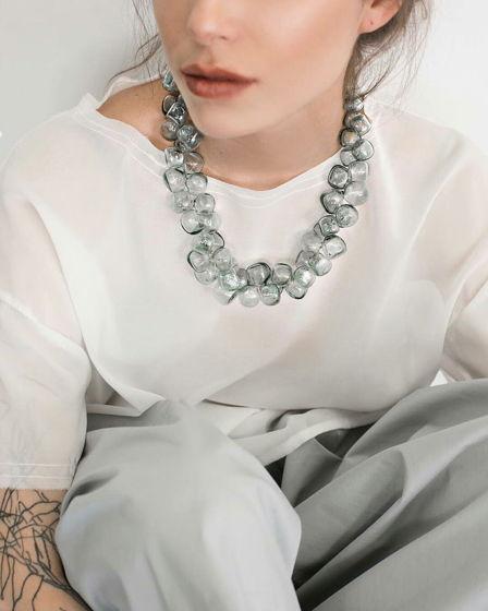 Ожерелье из стеклянных бусин-кубиков цвета фельдграу.
