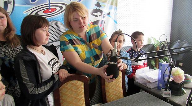 Воспитанники Центра «Радуга» побывали в гостях у «Радио Дача - Миасс» - Новости радио OnAir.ru