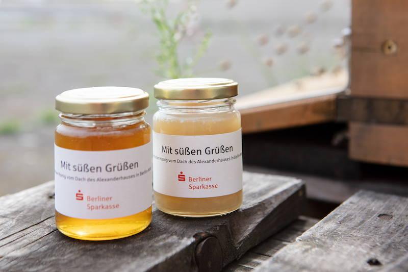 Honiggläser mit Bio-Honig vom Dach der Berliner Sparkasse mit individuellem Etikett