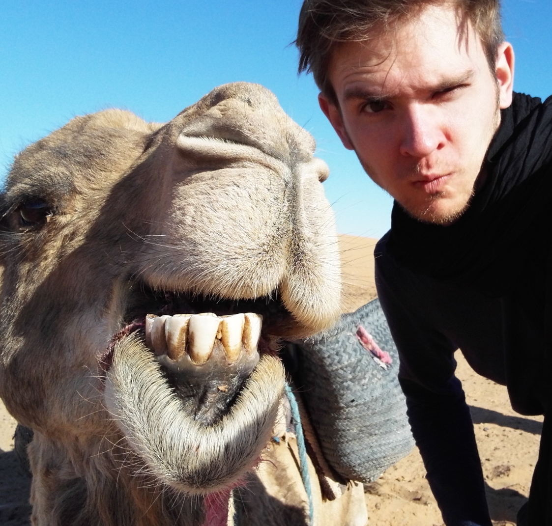 Erfinder der Gewürznüsse Kevin Drasl mit Kamel in Marokko