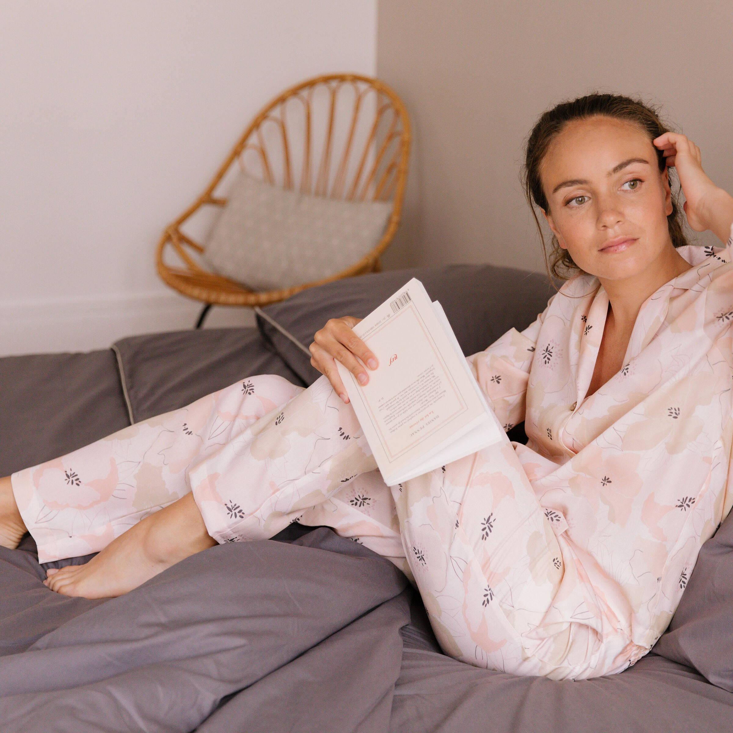Nêge Paris - Pyjama Divine Idylle chemise pantalon avec un imprimé montrant une composition florale délicate rose poudrée