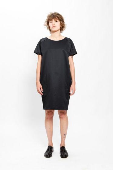 Черное платье свободного кроя