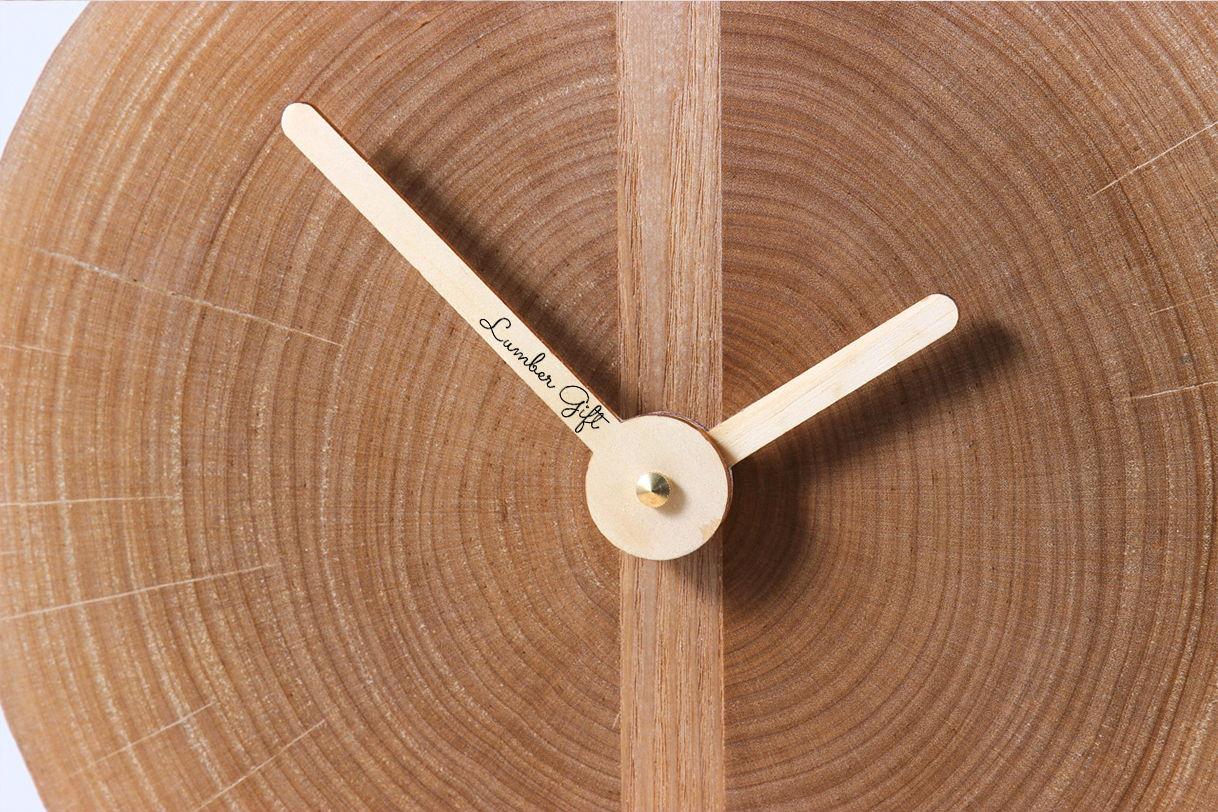 Минималистичные часы из среза дерева