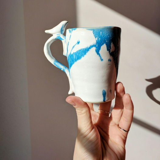 Сине-белая керамическая чашка ручной работы с птицей