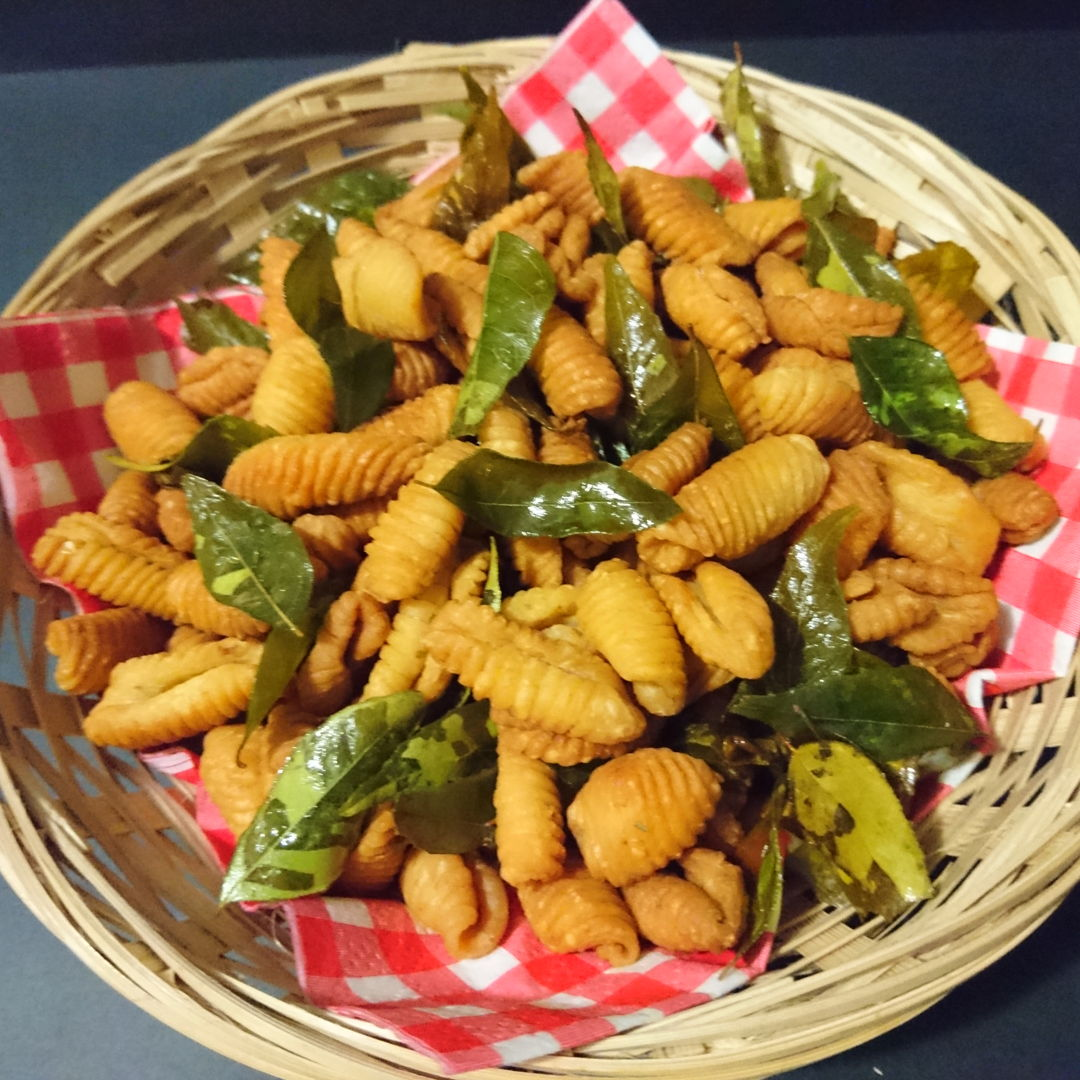 Date: 18 Nov 2019 (Mon) 11th Snack: Kuih Siput (Malaysian Snail Snack) [107] [114.9%] [Score: 7.8]
