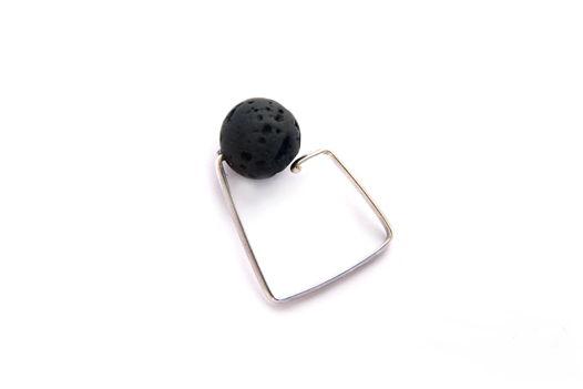 Женское кольцо из серебра с черной бусиной вулканической лавы