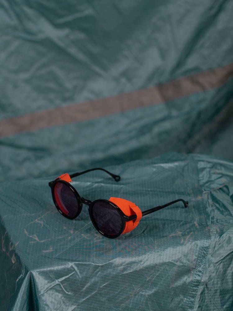 Kaibosh x Bergans TYPE G 20 W solbriller på bla fallskjerm