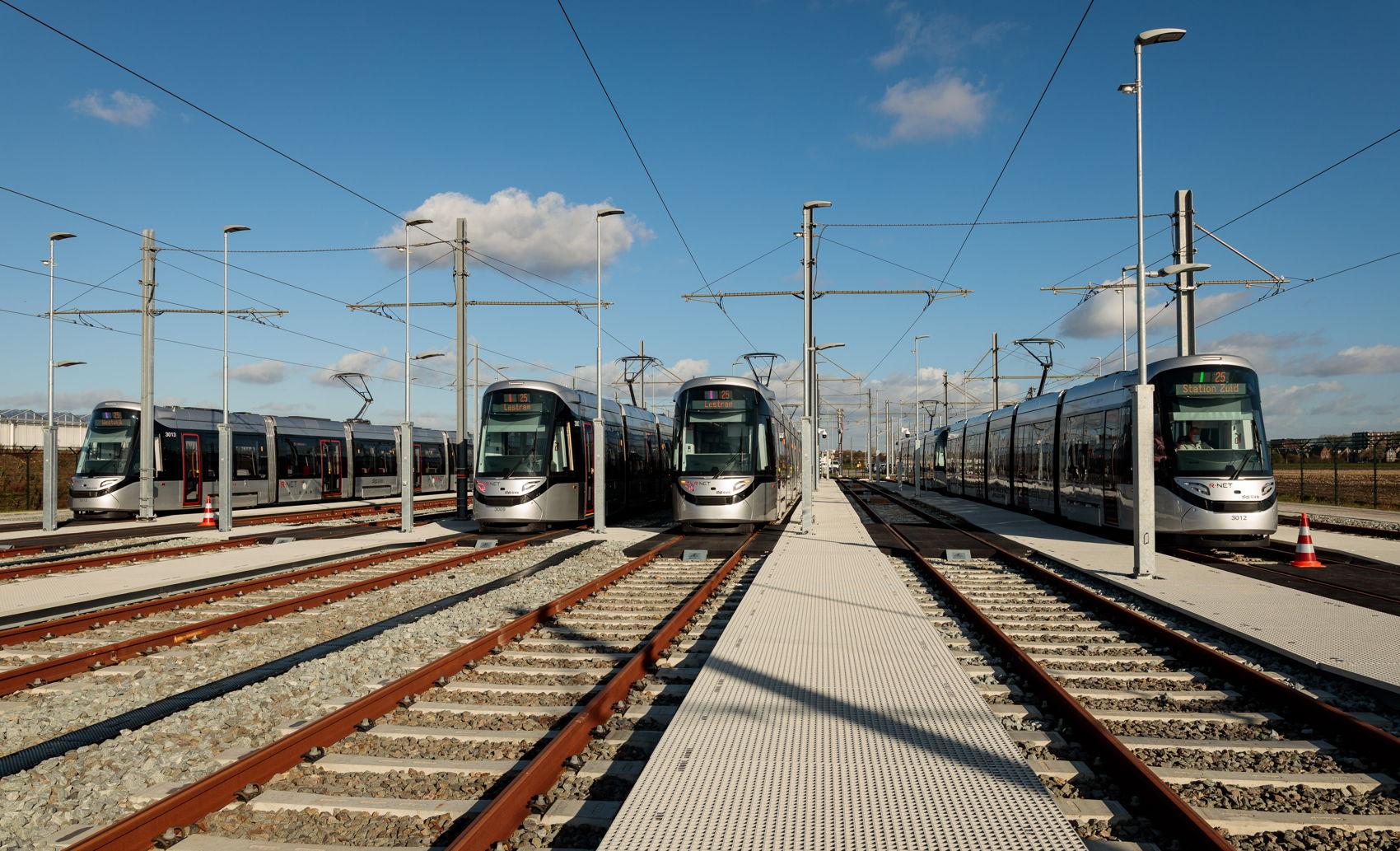 Als ze niet rijden staan de gekoppelde 15G trams allemaal keurig in het gelid op het opstelterrein.