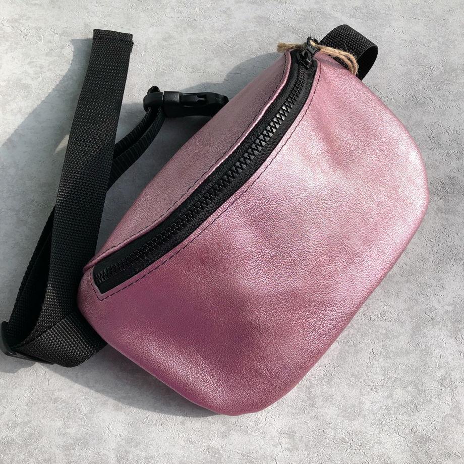 Сумка на пояс розовая перламутровая из натуральной кожи