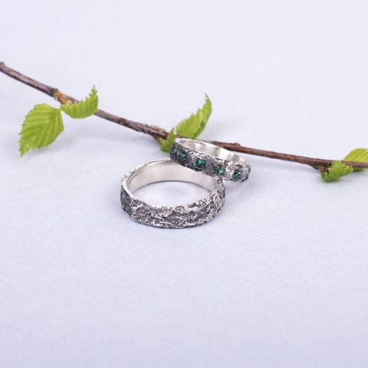 Серебряные обручальные кольца с поверхностью «Метеорит» и камнями