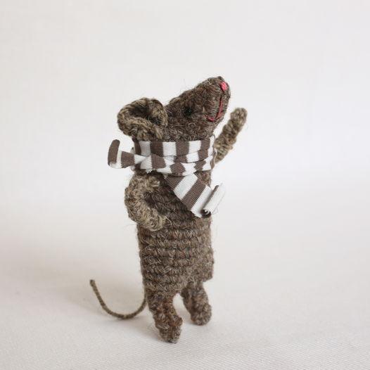 Хитрый вязаный мышонок
