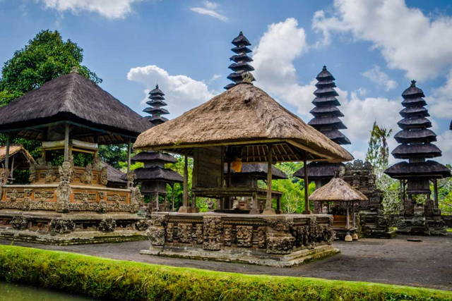 Visit Three Stunning Temples and a Local Market