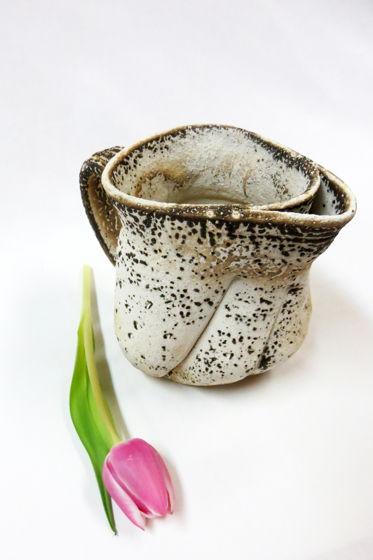 Керамический кувшин ручной работы с двойным носиком.