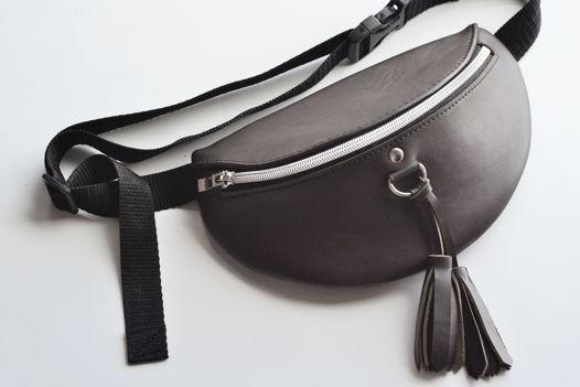 Поясная сумка из натуральной темно-коричневой кожи с кисточками