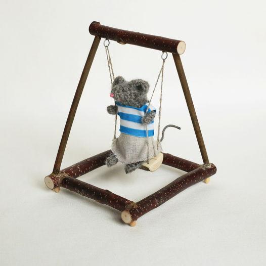 Деревянные игрушечные качели в стиле hi-tech