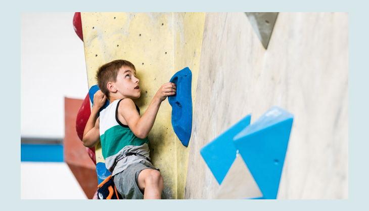 bester geburtstagde dynochrom kidscup junge klettert wand