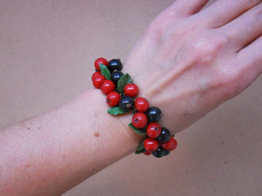 Браслет с ягодами рябины, черной смородины