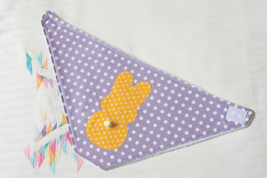 """Снуд """"Заюшка"""" фиолетовый с  желтой аппликацией в виде  зайца."""