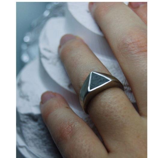 Кольцо на мизинец с треугольным бетоном