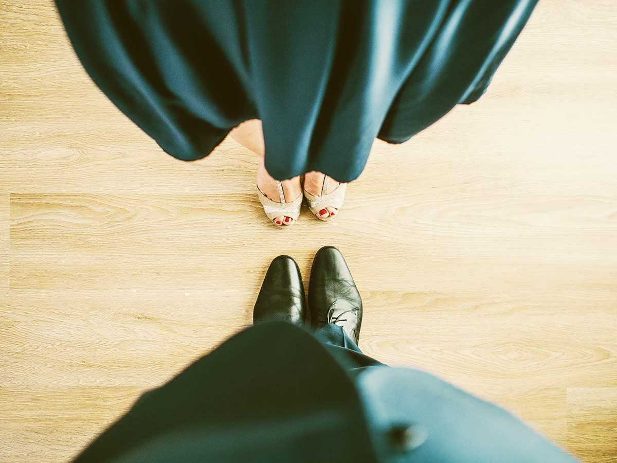 正装で向き合って立つ、男女の足元