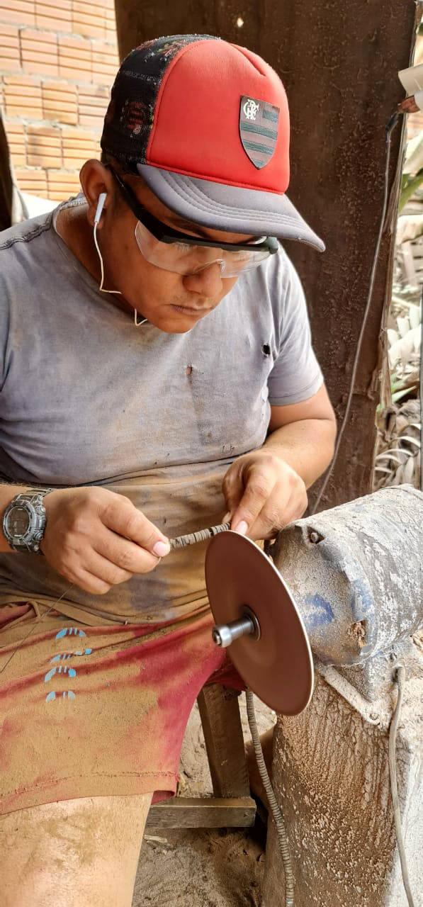 Artisan with sanding machine
