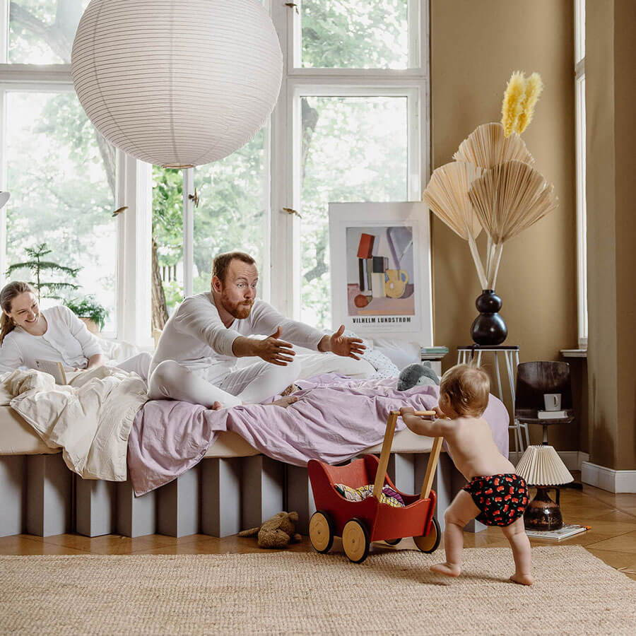 ROOM IN A BOX Co-Sleeping im grauen Familienbett aus Wellpappe