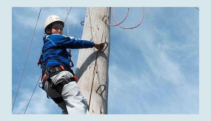 querfeldein hochseilgarten gesichert am mast hoch klettern