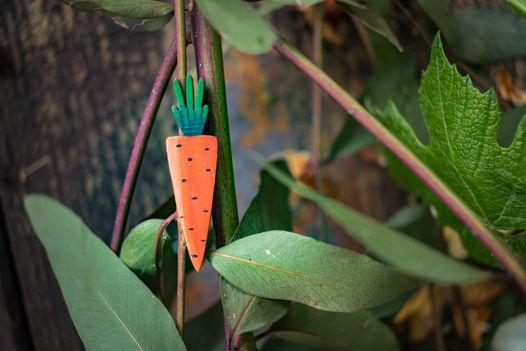 """Брошь """"Морковь"""" деревянная."""
