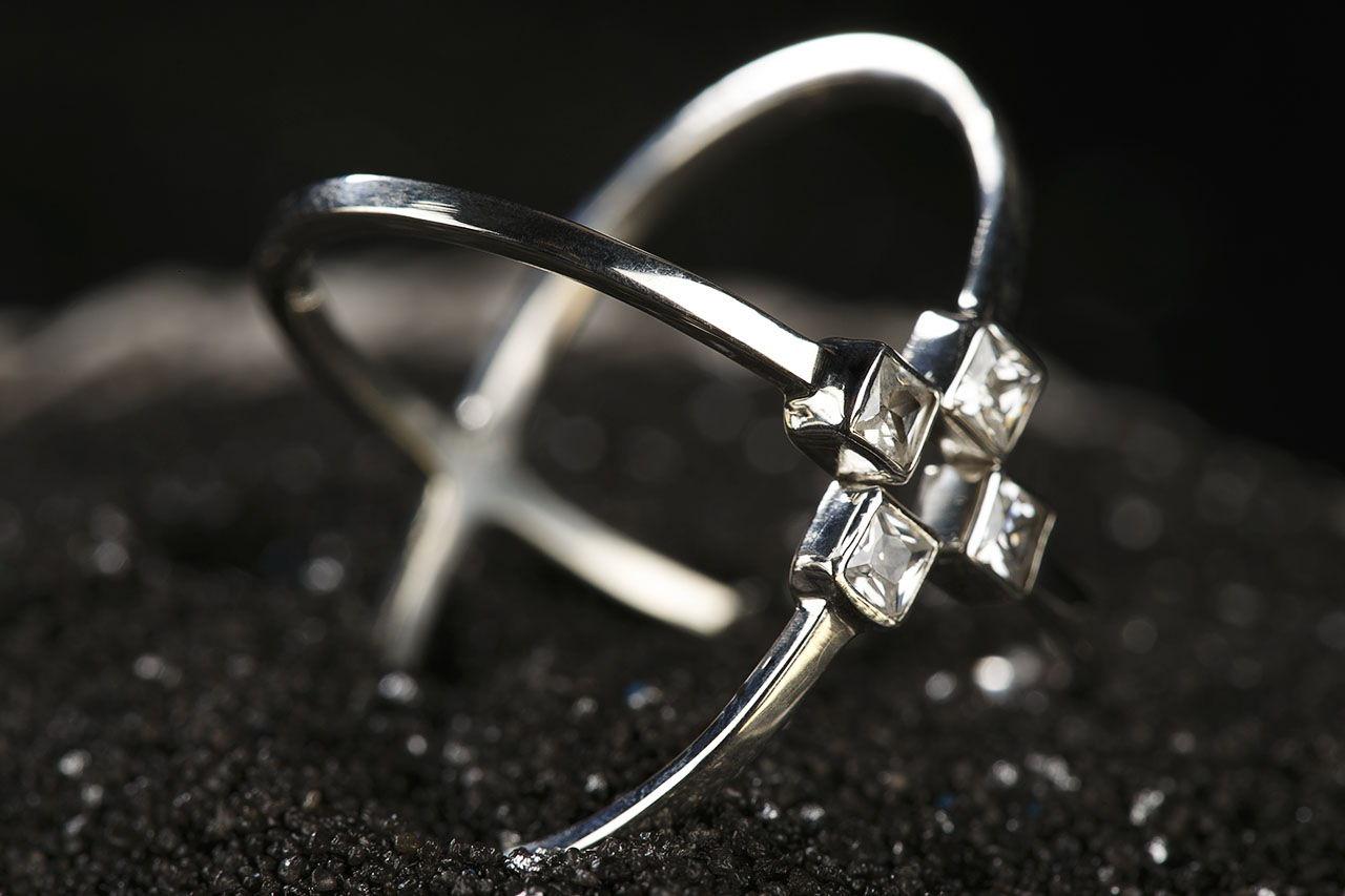 Серебряное кольцо с белыми цирконами