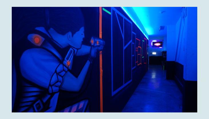 bg lasertag erlebnis gmbh köln neon wandbild
