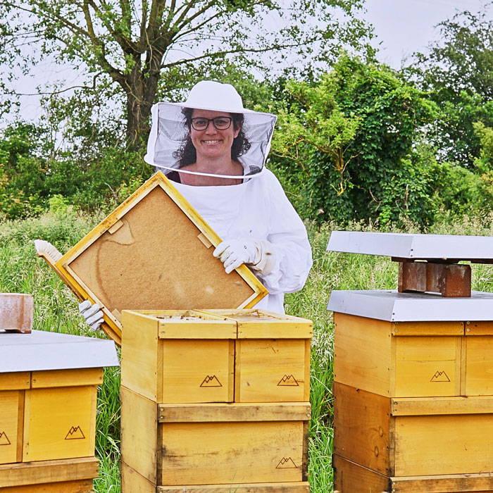 Unsere Imkerin Johanna bei der Durchsicht der Bienenvölker