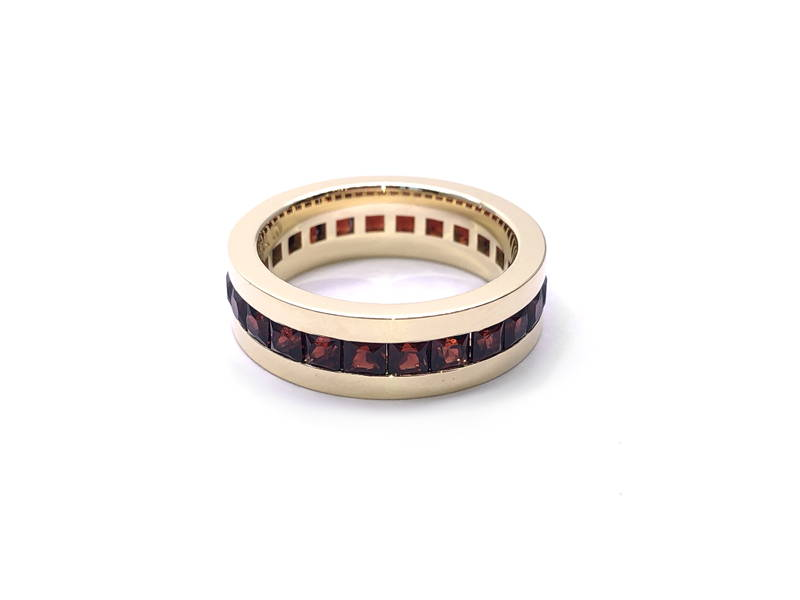 band yellow gold with garnet belt
