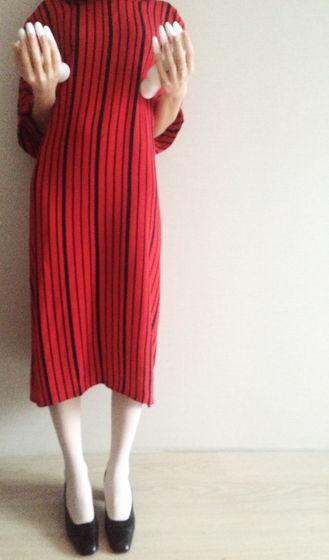 Винтажное платье из крепдешина ярко-красного цвета необычной расцветки в черную полоску. Размер S-М