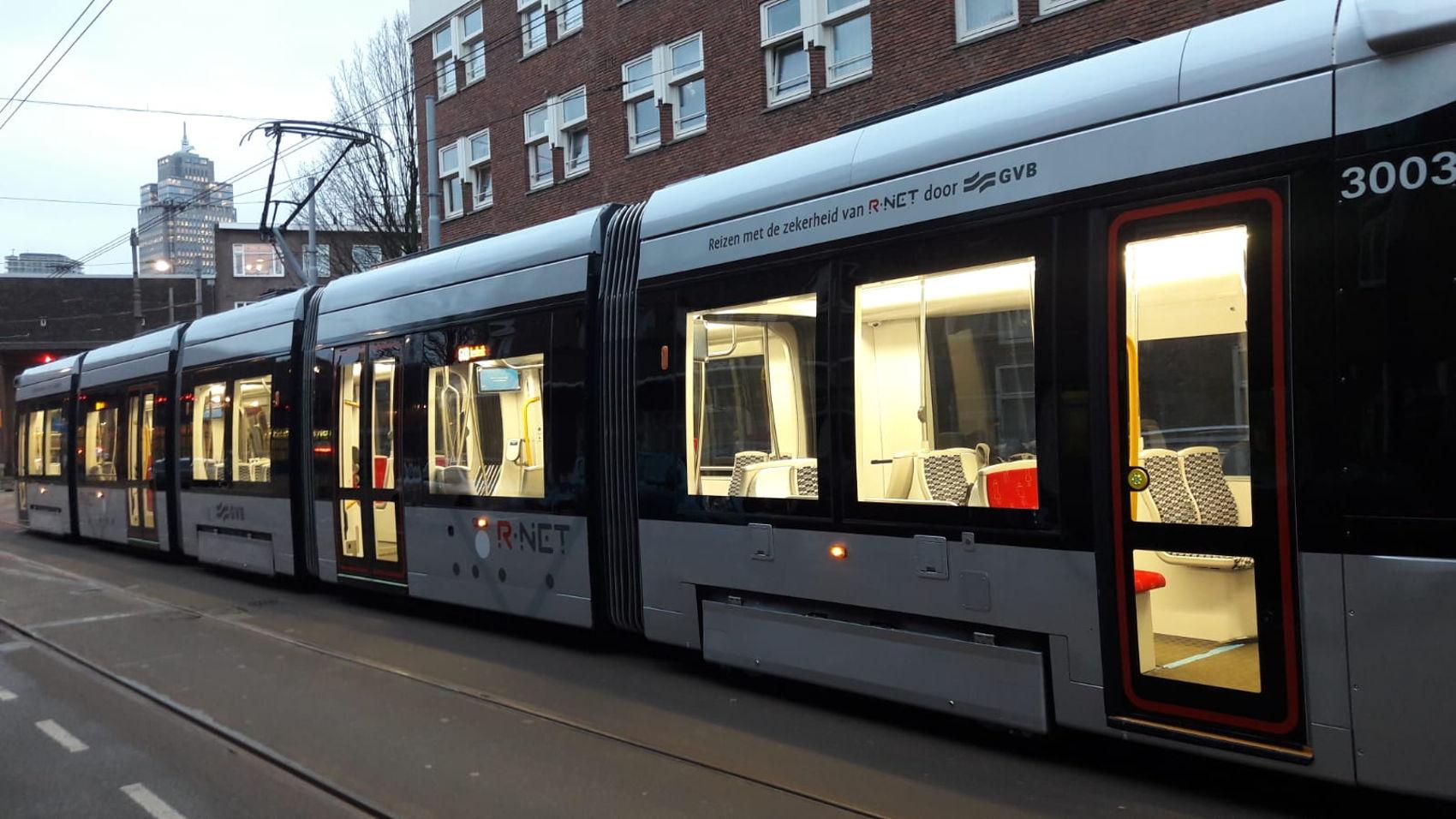 Nieuwe 15G tram in R-net kleuren maakt een proefrit.