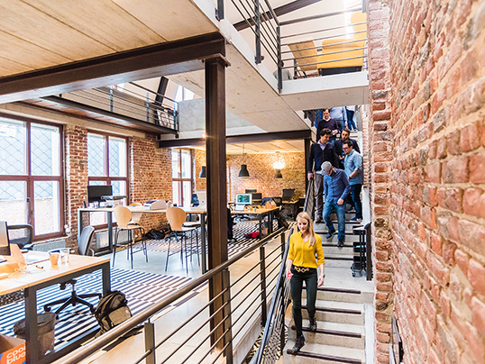 Hamburg - Large properties can be lucratively converted into increasingly popular, modern coworking spaces. But there are a few things to consider when it comes to equipment.