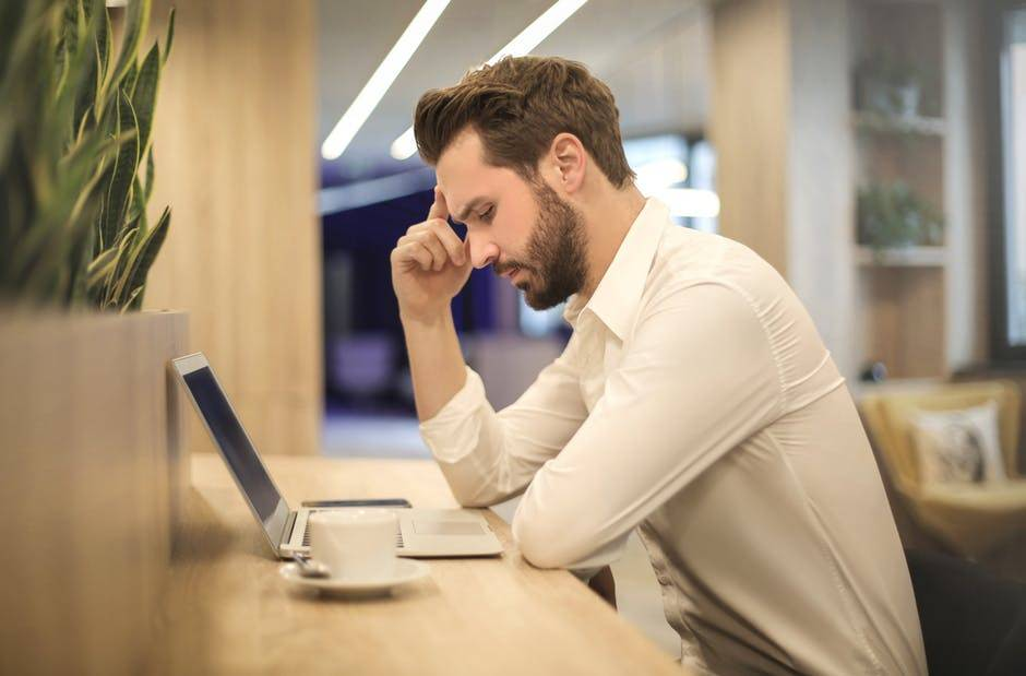 The major symptoms of Digital Eye Strain (DES): eye strain, headaches, blurred vision, dry eyes and neck and shoulder pain
