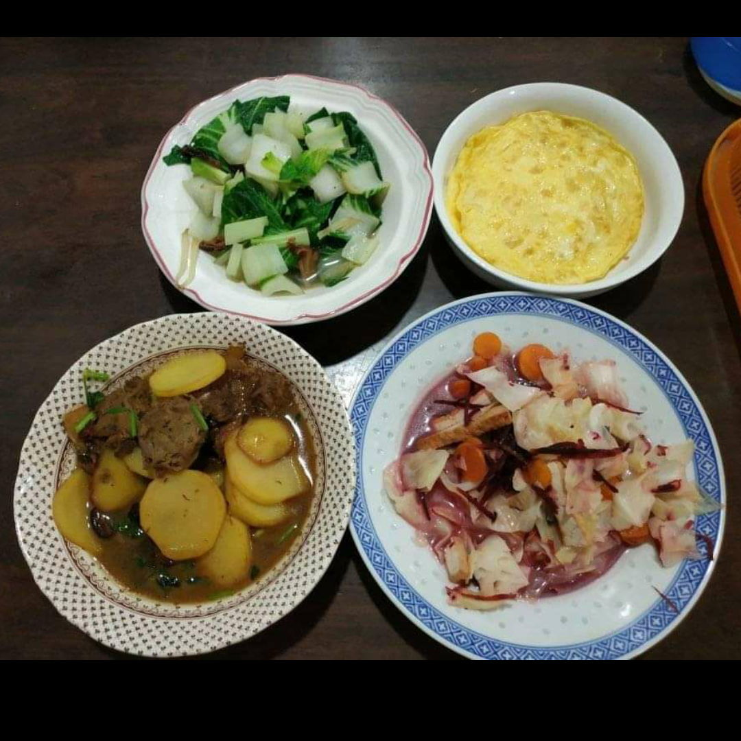 I love to cooked for my sister kids and my mom during holidays in Malaysia. These dishes are for vegetarian, also come with soup not in the picture. Everyday different kind of soup and dishes, they really enjoy a lot.
