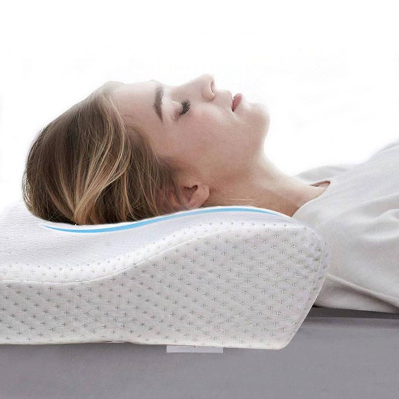 Femme dormant avec un oreiller ergonomique à mémoire de forme
